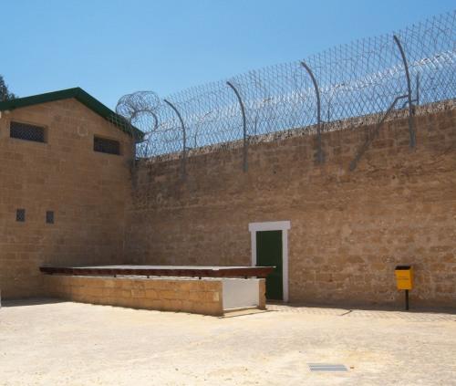 003 φυλακισμένα μνήματα