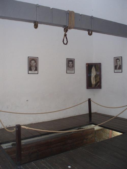 007 φυλακισμένα μνήματα