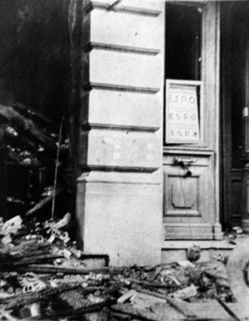 Μια σπάνια φωτογραφία της εικόνας που είχε η πρόσοψη των γραφείων της ΕΣΠΟ στη γωνία των οδών Πατησίων 8 και Γλάδστωνος, αμέσως μετά την έκρηξη που τα κατέστρεψε.