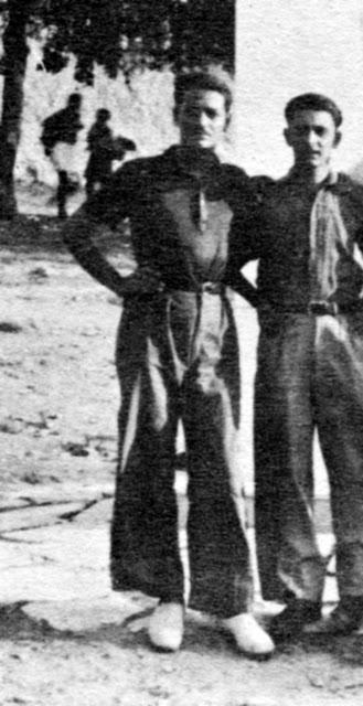 Οι τότε στενοί φίλοι Μανώλης Γλέζος και Λάκης Σάντας, οι ήρωες της κλοπής της γερμανικής σημαίας από την Ακρόπολη. Ο Γ. Παπανδρέου έγινε έξω φρενών μόλις το έμαθε.