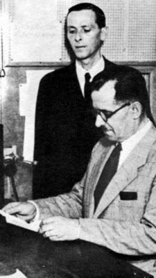 Ο Τσολάκογλου στο στούντιο της ελληνικής ραδιοφωνίας για να διαβάσει διάγγελμά του.