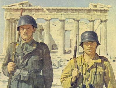 Ιταλός και Γερμανός φρουρός στην Ακρόπολη (σπάνια έγχρωμη φωτογραφία).