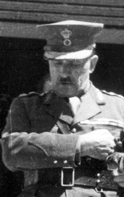 Ο στρατηγός Τσολάκογλου βγαίνοντας από το γραφείο του στα Παλαιά Ανάκτορα αμέσως μετά την ορκωμοσία του (29 Απριλίου 1941).