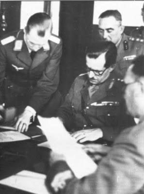 Ο στρατηγός Τσολάκογλου υπογράφει τη συνθηκολόγηση.