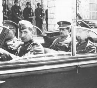 Ο στρατηγός Τσολάκογλου οδηγείται στη βίλλα Σωσσίδη για την τελική υπογραφή της συνθηκολόγησης.